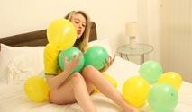 Ballonfetisch einer heißen Blondine mit Naturtitten