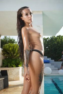 Eva Lopezzz ohne Bikini am Pool