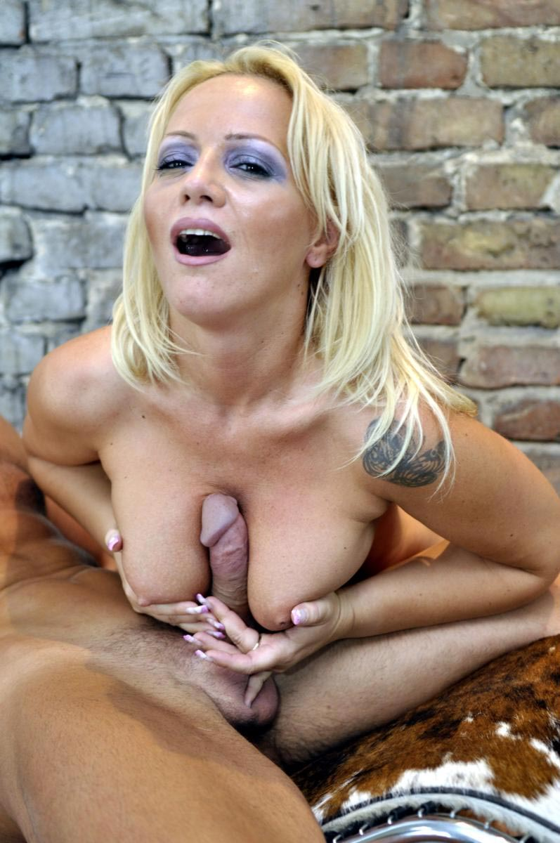 Reife Blondine gibt einen Tittenfick