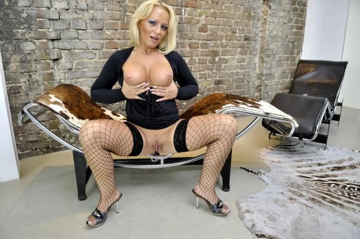 Reife Blondine mit dicke Titten