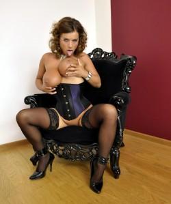Susanne leckt über ihre dicken Brüste