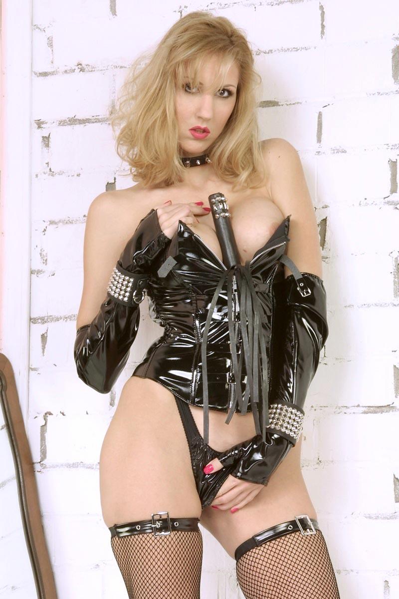 Blonde Domina mit strammen Brüsten