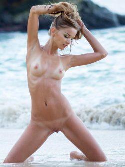 Junge hübsche Blondine mit kleinen Naturbusen nackt am FKK Strand