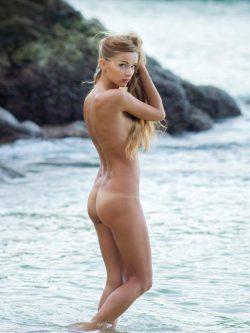 Junge hübsche Blondine nackt am FKK Strand