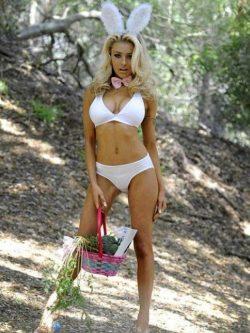 Vollbusige Blondine als sexy Osterhäschen