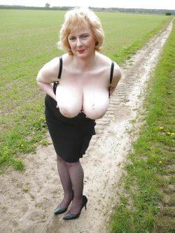 Blonde Oma zeigt ihre prallen Hängetitten auf einem Feldweg