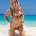 Vollbusige Hausfrau im Tiger Bikini am Strand