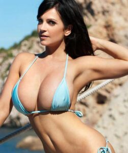 Heiße Brünette Milf mit Megatitten im Bikini