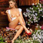 Blondes Wiesn Playboy Girl zieht ihr Dirndl aus