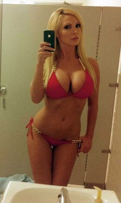 Heißes Selfie von einem blonden Luder mit Riesentitten