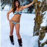Junge 18 jährige Brünette mit Bikini im Schnee