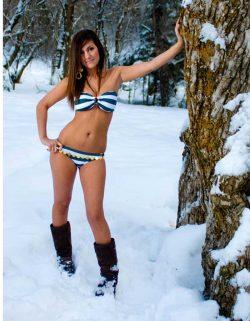 Junge 18 Brünette mit Bikini im Schnee