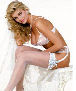 Scharfe Blondine in weißen Kniestrümpfen